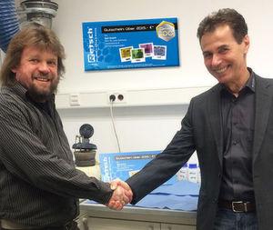 Dr. Lars Ortmann von der Firma QSIL (links) freut sich über den Gewinn, übergeben durch Thomas Schmatz (rechts), Außendienstmitarbeiter der Firma Retsch.