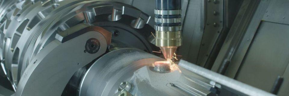 Der vom Fraunhofer IWS in Dresden entwickelte Auftragskopf wird in der Maschine vorgehalten und kann über die WFL-Prismenwerkzeugschnittstelle aufgenommen werden.