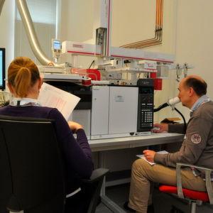 Experten und Anwender treffen sich in Kassel, um über Geruch und Emission bei Kunststoffen zu diskutieren. Im Bild zwei Anwender bei der Arbeit an einem olfaktorischen Detektor.