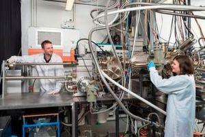 Um den Laser in den Siliziumchip zu integrieren, müssen Wissenschaftler Halbleiter-Nanodrähte Schicht für Schicht aufbauen. Im Bild sind Benedikt Mayer und Lisa Janker an der Molekularstrahlepitaxie-Anlage im Walter Schottky Institut der TU München.