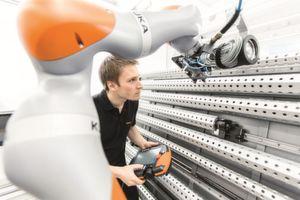 Im Rahmen von Industrie 4.0 kommen sich Mensch und Roboter immer näher.