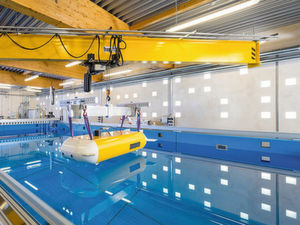 Das Unterwasserfahrzeug über einer Forschungsplattform mit Schwenkkran.