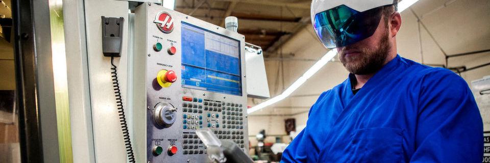 Der Smart Helmet der mit integrierter Datenbrille, mehreren 360-Grad-Kameras, WLAN, Bluetooth, GPS, Solid-State-Speicher und Infrarot-Sender ausgestattet ist: Er blendet die Anlagen-, Engineering- oder Betriebsinformationen direkt ins Blickfeld des Nutzers ein – grafisch aufbereitet und leicht zu verstehen