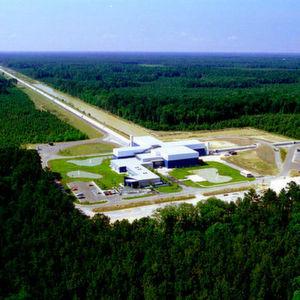 Der LIGO-Gravitationswellendetektor in Livingston im US-Bundesstaat Louisiana. Deutlich sind die beiden im rechten Winkel angeordneten Detektorröhren zu erkennen.