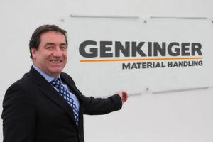 Das neue Genkinger-Logo, das Geschäftsführer Richard Ludwig hier präsentiert, hat den Einsatzbereich der Produkte und Dienstleistungen des Unternehmens im Untertitel.