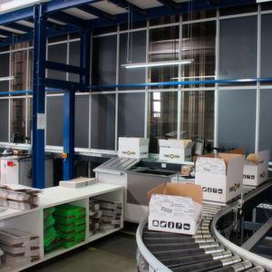 AM-Automation hat eigenen Aussagen zufolge in Kombination mit Autostore die weltweit kompakteste Roboterkommissionierzelle entwickelt.