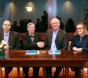 Unterzeichnung des Rahmenvertrags: Amir Naiberg, Mudi Sheves, Stefan Oschman, Belén Garijo (von links nach rechts).