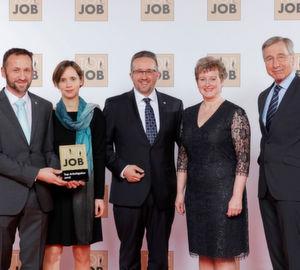 """Wolfgang Clement (rechts), Mentor des """"Top Job""""-Wettbewerbs, überreichte die Trophäe an (v.l.n.r.) Geschäftsführer Joachim Huber mit Lebensgefährtin und Geschäftsführer Daniel Huber mit Ehefrau."""