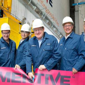 Momentive-CEO Jack Boss – Mitte – sieht Leverkusen als den perfekten Standort für eine sein 30-Millionen-Dollar Wachstumsprojekt.