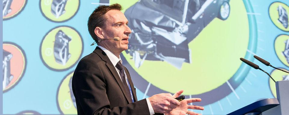 Auf dem »Automobil Industrie« Leichtbau-Gipfel 2016 präsentiert Dr.-Ing. Lars Fredriksson, für unseren Kongresspartner Altair, Lösungen für den Leichtbau.