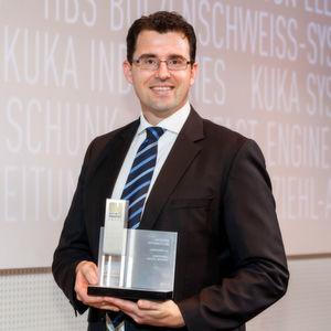 """Dr. Martin Schwaiger, Abteilungsleiter Interfaces Bereich Warehouse Management bei der Jungheinrich Logistiksysteme GmbH, konnte den BOI-Award der Kategorie """"Materialfluss"""" mit nach Hause nehmen."""