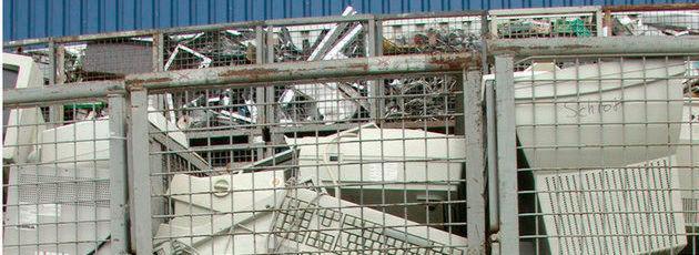 """Elektronikschrott in einer Recyclingfabrik: Eine Studie des Umweltbundesamts (UBA) hat die sogenannte """"geplante Obsoleszenz"""" von Elektronikgeräten nicht nachweisen können. Dennoch regt das UBA ein Mindesthaltbarkeitsdatum für die Geräte an."""