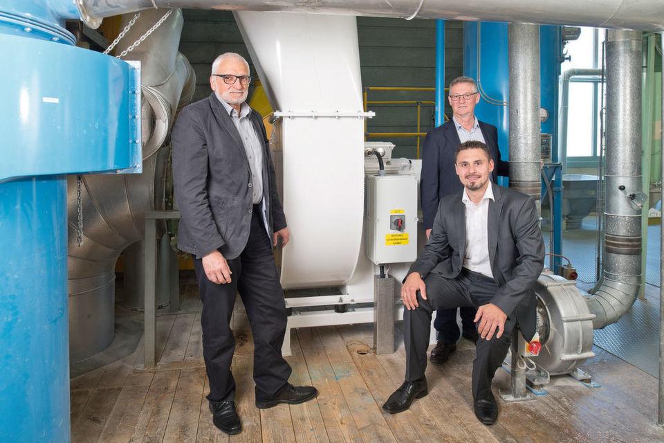 Peter Hofer, UFA (links), Viktor Borner, Bühler (im Hintergrund), und Patrik Herburger-Rauter vor der Neuinstallation.