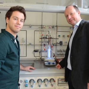 Mike Broxtermann und Prof. Dr. Thomas Jüstel überprüfen den UV-Reaktor mit der Xenon-Excimerlampe.