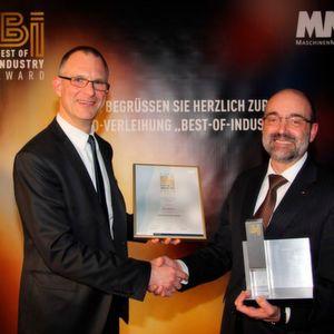 """Frank Jablonski, Chefredakteur von """"MM Maschinenmarkt"""" (links), gratuliert Norbert Schuster, Technikvorstand Ziehl-Abegg, zum Gewinn beim Best of Industry-Award."""