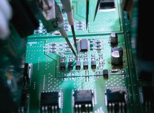 Smart-Lasersensoren eignen sich für Messungen in Bestückungsautomaten, wie z.B. zur Prüfung der Koplanarität von IC-Beinchen.