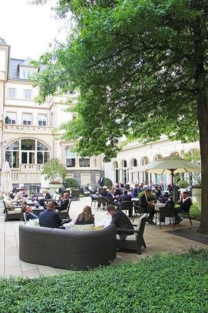 Im Mai kann es im Innenhof der Villa Kennedy lauschig einladend sein zu, was guten Gesprächen zuträglich ist. Hier eine Aufnahme vom HSP Summit 2015.