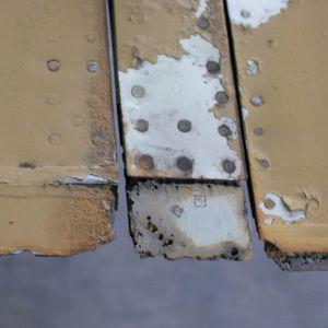 Korrodierte Tragflügelendkante einer sowjetischen MIG 21: Mittels Plasma und Primer lässt sich das verhindern.