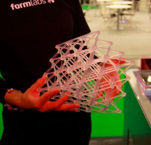 Formlabs präsentiert auf der Metav in Halle 15 am Stand F95 seinen günstigen und besonders kompakten Schreibtisch-3D-Drucker Form 2. Auf Acrylatbasis, können die Anwender via STL-Verfahren auch funktionsfähige Protoypen und Bauteile in verschiedener Materialqualität fertigen, wie es heißt. Hier ein anschaulicher Demonstrator, bei dem der gesamte Bauraum ausgenutzt wurde.