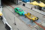 Im Gegensatz zum NCAP-Crashtest fährt das Fahrzeug dabei mit 50 km/h gegen einen gleichschnellen Barrierewagen, statt mit Tempo 64 gegen eine am Betonblock montierte Barriere.