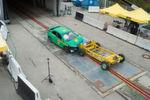 Die Barriere, an der ein Aluminiumkörper mit Wabenstruktur angebracht ist, simuliert einen rund 1,4 Tonnen schweren Wagen der unteren Mittelklasse.