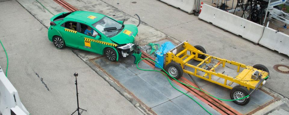 Der ADAC hat ein neues Crashtestverfahren entwickelt, mit dem sich Frontalzusammenstöße zweier Pkw realer abbilden lassen.