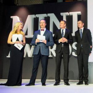 Moderatorin Barbara Schöneberger mit Sebastian Mackensen, Leiter Mini, Peter van Binsbergen, Leiter Vertrieb Deutschland der BMW-Group sowie Christian Ach, Leiter Mini Deutschland (v.li.).
