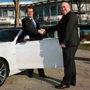 BMW-Niederlassung spendet Cabrio