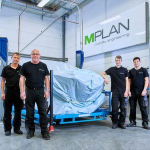Mitarbeiter von M Plan in der neuen Werkstatt für Aggregateträgerbau.