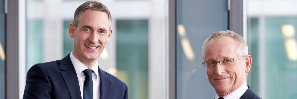 Jörg Brünig (re.) übergibt das Channel-Geschäft von Fujitsu in die Hände von Louis Dreher (li.).