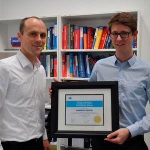 David Wenger (li.) gratuliert seinem Mitarbeiter Manfred Greisel zum Gewinn des SAE Awards in Washington.