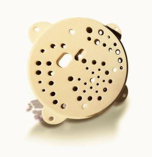 Systemrelevant und medienführend: Nur 230 g wiegt die Kanalscheibe für den Zerstäuber eines Lackierroboters, die FKM Sintertechnik im Lasersintern aus dem Hochleistungsthermoplast PEEK fertigt.