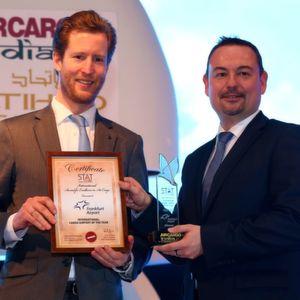 Feierliche Auszeichnung: Dr. Alexis von Hoensbroech, Vorstand für den Bereich Produkt und Vertrieb bei der Lufthansa Cargo (l.), überreicht Dirk Schusdziara, Senior Vice President Cargo der Fraport AG, den Preis für den besten internationalen Frachtflughafen.