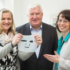 Klaus Engel, Vorsitzender des Vorstandes von Evonik mit Nadine Heßler (links) und Dana Kralisch (rechts), den Gründerinnen von Jenacell.