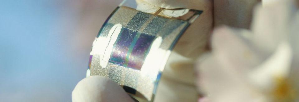Abb. 1: Die mechanische Flexibilität organischer Solarzellen und die freie Wahl der Farbe eröffnen viele neue Anwendungen. Die Energierücklaufzeit von nur wenigen Monaten ist konkurrenzlos.