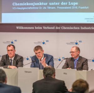 Presseabend des VCI im Vorfeld der Veröffentlichung des VCI-Quartalsberichtes zum 4. Quartal 2015 mit Bilanz des Gesamtjahres 2015 und Ausblick auf 2016. - Auf dem Foto von links: VCI-Chefvolkswirt Dr. Henrik Meincke; VCI-Hautpgeschäftsführer Dr. Utz Tillmann; VCI-Pressesprecher Manfred Ritz.