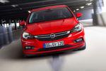 In der Front eindeutig als Opel erkennbar, besitzt besonders die Seitenansicht mit Sicken und Kanten und einem eng nach unten gezogenen Heck eine Coupéhafte Linie.