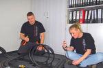 Sven Kunstmann, Enitech Energietechnik - Elektronik GmbH, hat den ersten Platz beim Phoenix-Contact-Verdrahtungswettbewerb errungen. Den Gewinn, ein Formel-1-Wochenende, löst er Ende Juli am Hockenheim-Ring ein. Seine Kollegin Jacqueline Westphal hat eine der fünf Carrera-Bahnen abgestaubt.