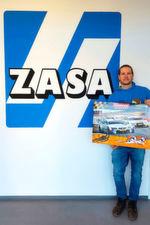 Auch Thomas Terner von der Zasa Elektro GmbH freut sich über die gewonnene Carrera-Bahn.