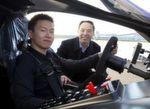 Chief Technology Officer Matthew Jin (links) und William Jin, Gründer und CEO von Techrules, mit ihrem Techrules Elektro-Supersprtwagen AT96 TREV