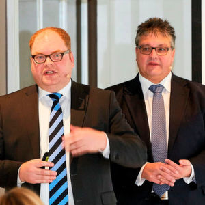 Jürgen Städing (vorn), Chief Product Officer bei Nfon, und Dirk Backofen, Leiter Marketing Geschäftskunden bei Telekom Deutschland, stellten das neue Angebot vor.