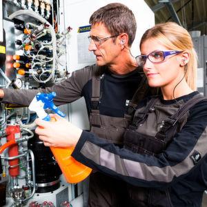 Gefährdet der Lärmpegel die Gesundheit, ist für Industriearbeiter Gehörschutz Pflicht.