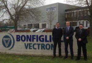 Olaf Donner (Mitte) und Johannes Sodermanns (rechts) von Bonfiglioli Vectron MDS mit Andreas Hamacher (links) nach der Vertragsunterzeichnung vor der Firmenzentrale von Bonfiglioli Vectron MDS in Krefeld.