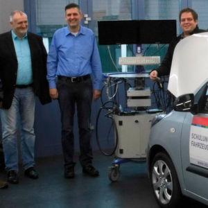 Bereit zur Fahrzeugübergabe: (v.li.) Stephan Kraus (Geschäftsführer BBZ Mitte), Matthias Weber (Geschäftsführer Weber & Diel) und Alexander Kress (Fachabteilungsleiter BBZ Mitte).