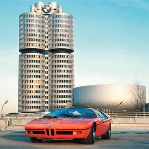 Die charakteristische BMW-Konzernzentrale in München wurde 1972 eröffnet.