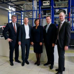 Ernst Poppe (Dupont), Dr. Kai Fischer (AZL, IKV), Dr. Portia Yarborough (Dupont), Prof. Christian Hopmann (AZL, IKV) und Dr. Michael Emonts (AZL, Fraunhofer IPT) (v. l. n. r.) verkünden die ausgeweitete Forschungskooperation.