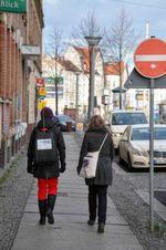 Mitarbeiterinnen des TROPOS bei den Rücksackmessungen in der Lützner Straße in Leipzig.