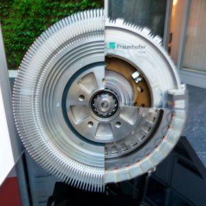 Lara ist ein Teilprojekt der Fraunhofer Systemforschung Elektromobilität und umfasst die Entwicklung, Fertigung und Erprobung eines robusten luftgekühlten Radnabenmotors mit hoher Drehmomentdichte.