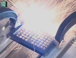 Laser-Remote-Schneiden von Edelstahlblech mit dem Faserlaser.