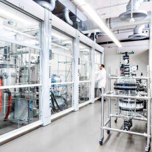 Das neue Kilo-Labor des Fraunhofer LBF erlaubt ein Up-Scaling von Laborsynthesen auf den Kilogramm-Maßstab.